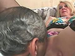 Horny man licks out old pussy on sofa